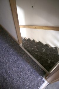 So arbeitet ein Meisterbetrieb: sauber abgeklebte Laufwege in der Wohnung eines Kunden.