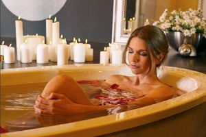 Rosenblätter und Kerzen schaffen romantische Stimmung im Wohlfühlbad. Foto: Mauersberger